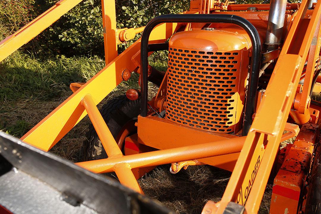 Shovel en grader in één! Robuust gebouwd, maar niet handig in het gebruik. De TractoLoader-laadarm is een product van Tractomotive Corp. Allis Chalmers nam dit bedrijf in 1959 over.