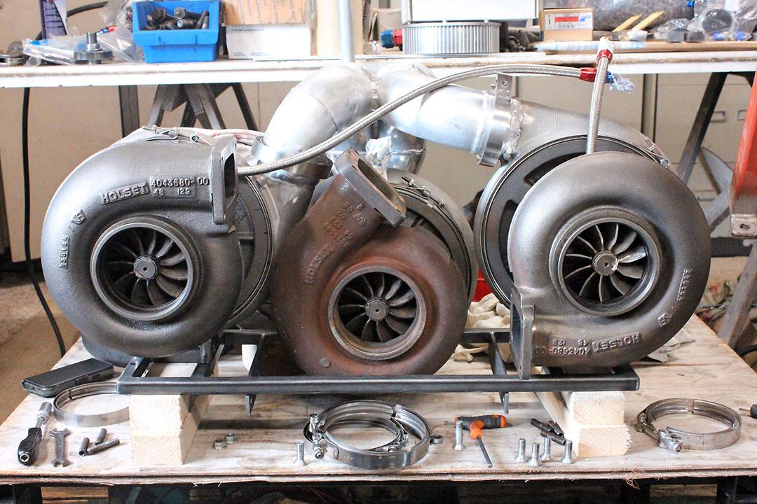 Deze drie turbo's staan opgesteld in twee trappen en zorgen voor de drukvulling van de Iveco-motor op de Razors Edge.