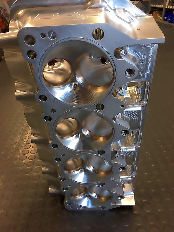 De verbrandingsruimte bij een Hemi-cilinderkop is bol. Hierdoor zijn er per cilinder maar twee kleppen mogelijk.