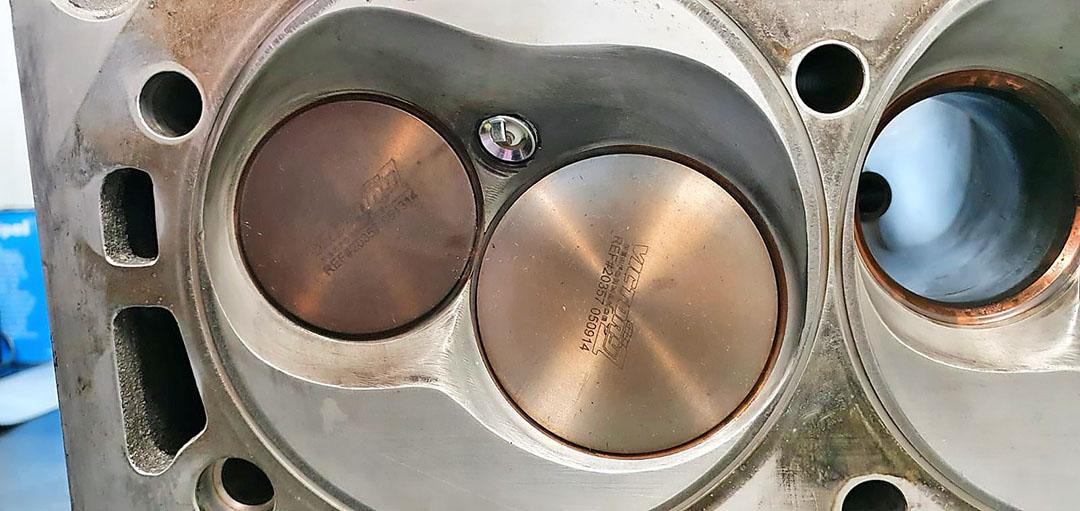 Bij een Wedge-style cilinderkop is de ruimte boven de zuiger dakvormig. Daarnaast is de zuiger voor dit type motoren vlak.