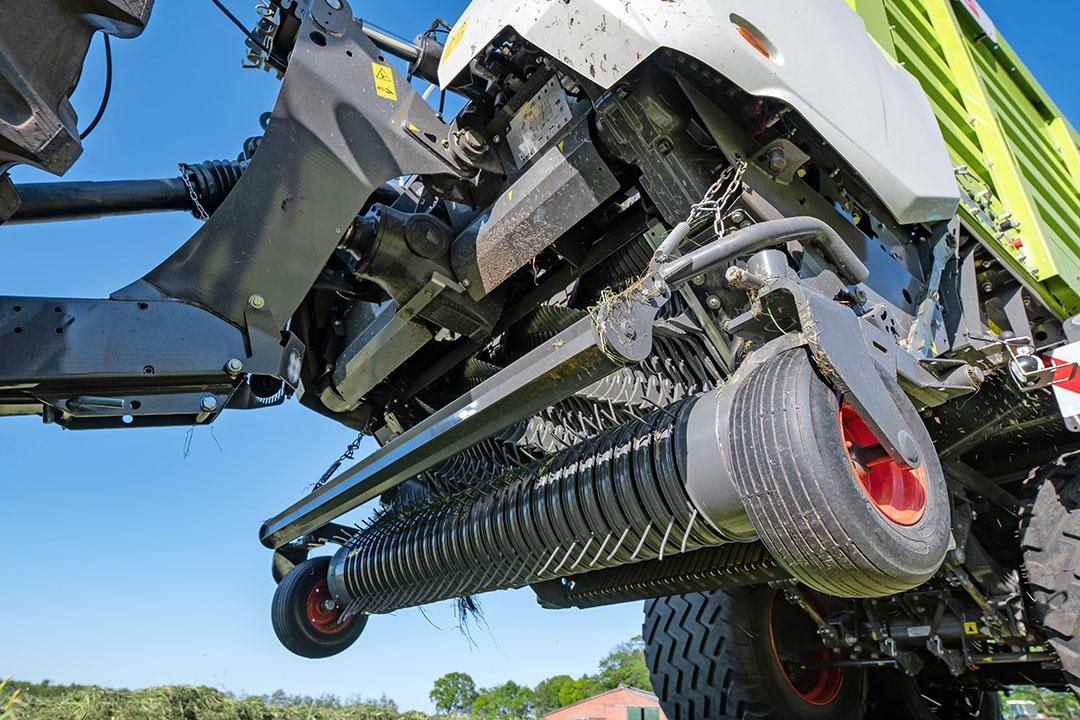 Bij de pick-up kiest de fabrikant nu voor bewezen componenten van de pick-ups van de Jaguar-veldhakselaars. De van tand tot tand 1,72 meter brede gestuurde pick-up met vijf tandrijen is hydraulisch aangedreven. De rotatiesnelheid is constant, zodat ook zeer kort gras schoon wordt opgeraapt.