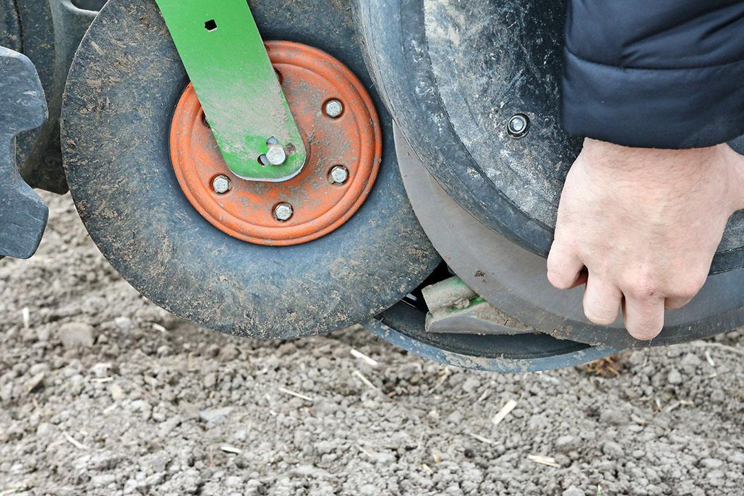 Het zaadje schiet naar de grond, en wordt daarna door de zachte, rubberen vangrol stilgelegd en tegen de ondergrond gedrukt.