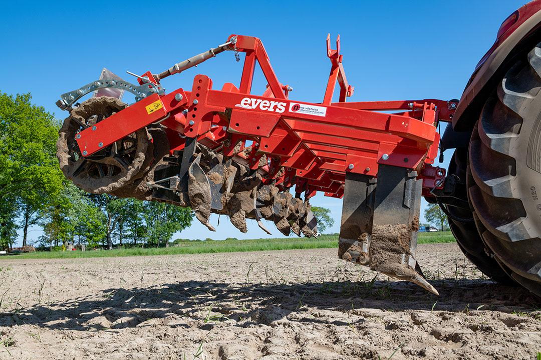 Rugvorming in drie delen: eerst een rij cultivatortanden, dan een rij woelers, en tot slot volgen aandrukrollen.