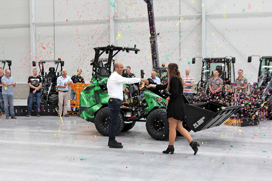 Toine Brock overhandigt symbolisch de sleutels van deze elektrische minishovel aan Roseanne Den Hartog, één van de grootste Giant-dealers in Nederland. - Foto: Bas van Hattum