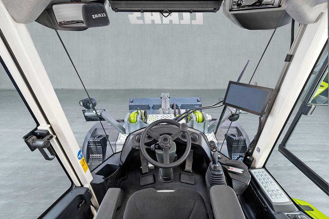 In de cabine verandere enkele details, zoals ruitenwissers met een groter wisveld. ook krijgen de wielladers meer automatiek aan boord, zoals het Claas 'Smart-Loading'
