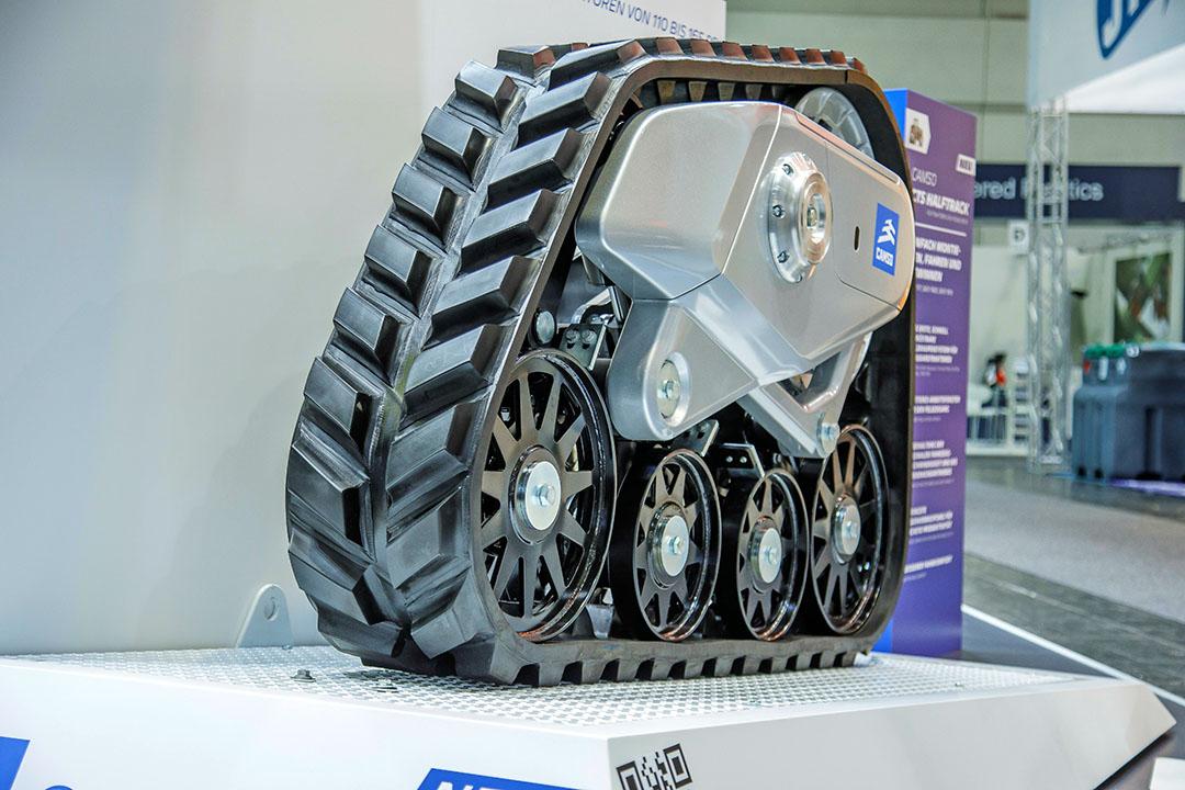 De nieuwe Camso CTS Halftrack is een opbouwsysteem waarbij de trekker voor op wielen blijft staan. Dit maakt dat de trekker wendbaarder is dan met vier rupsen