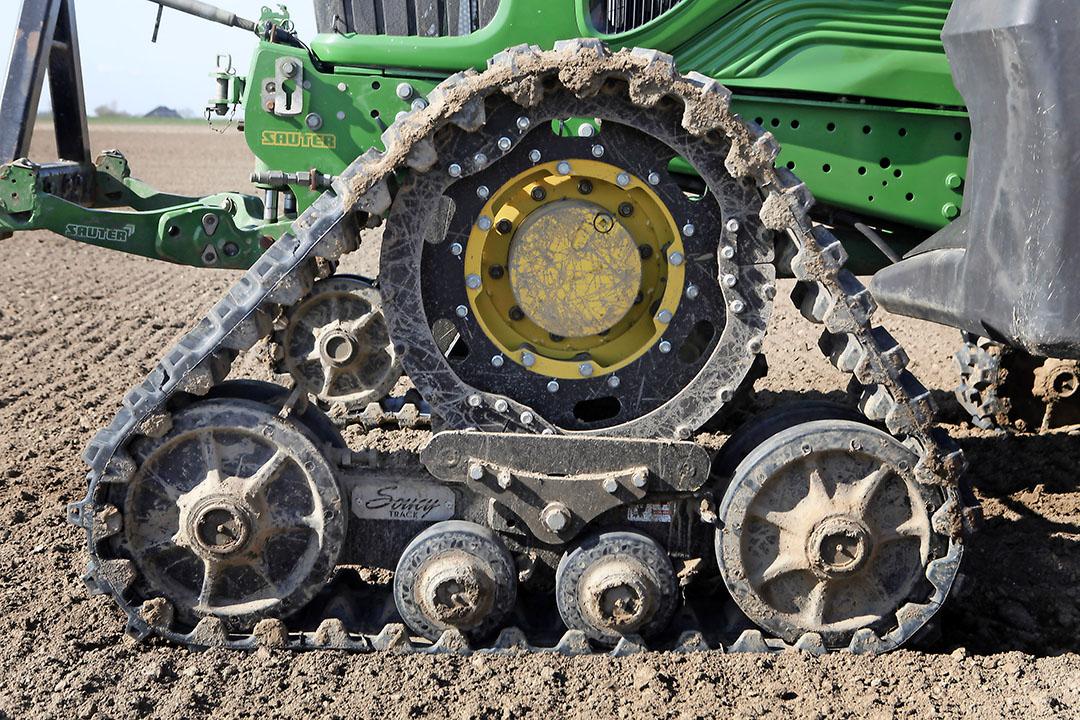 Werken op rupsbanden scheelt niet alleen in bodemdruk. Ook het kneedeffect aan de rand van het spoor dat bij banden kan optreden, zie je niet in het spoor van de rups