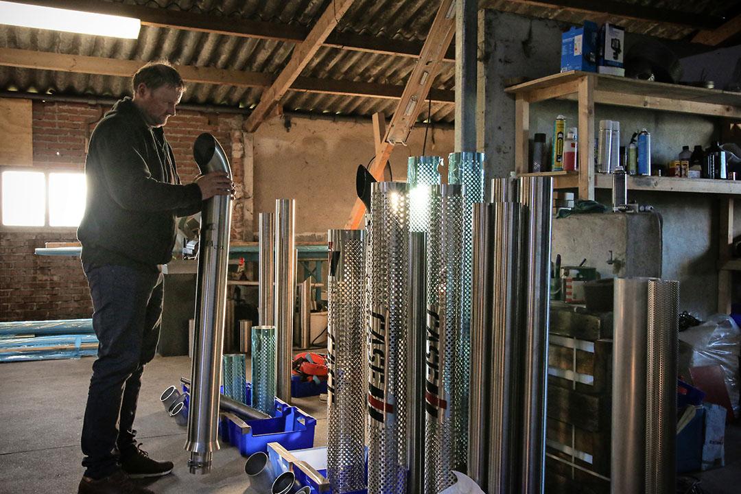 De uitlaatkunstenaars spreken alle drie over een 'uit de hand gelopen hobby'. Hier een blik in de werkplaats van Arjan Ligterink (Alcoba).