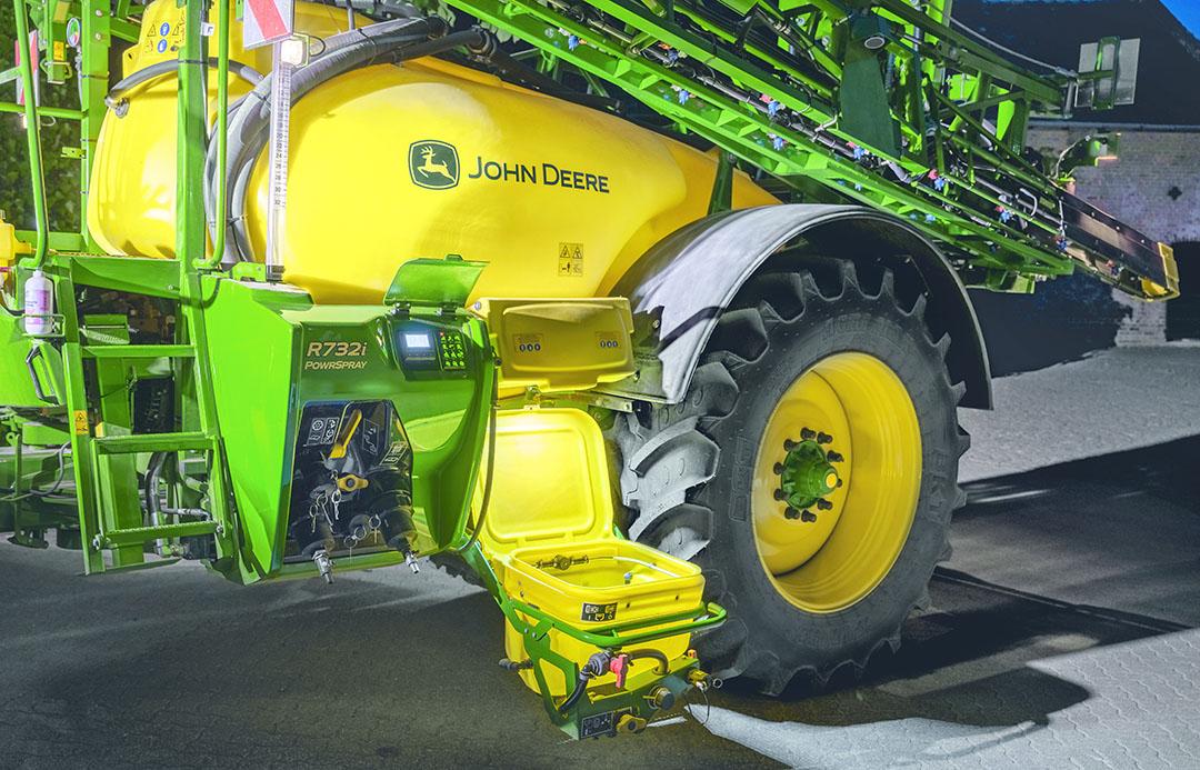 Het nieuwe uitklapbare paneel om fusten en middelen toe te dienen en te reingen, klapt uit tot laag aan de grond.