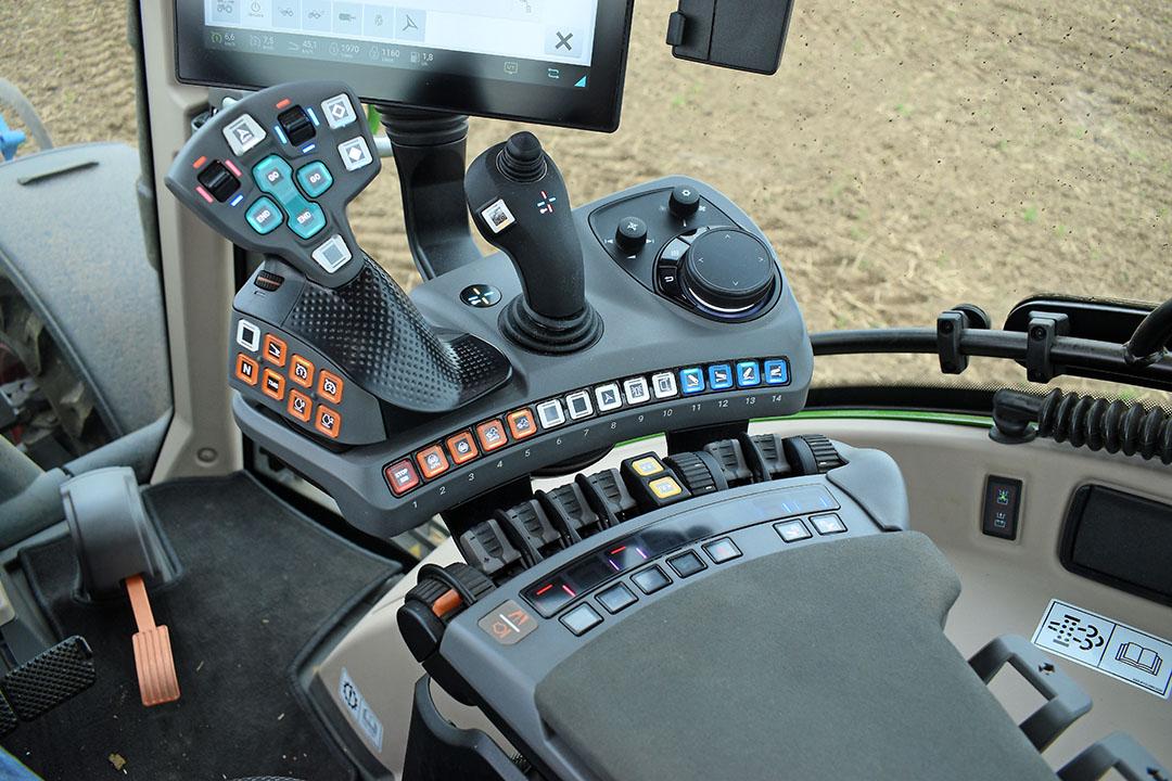 De Fendt One armleuning met de optionele 3L-joystick naast de vernieuwde rijhendel. Op de witte knoppen zijn via de terminal functies naar keuze toe te wijzen.