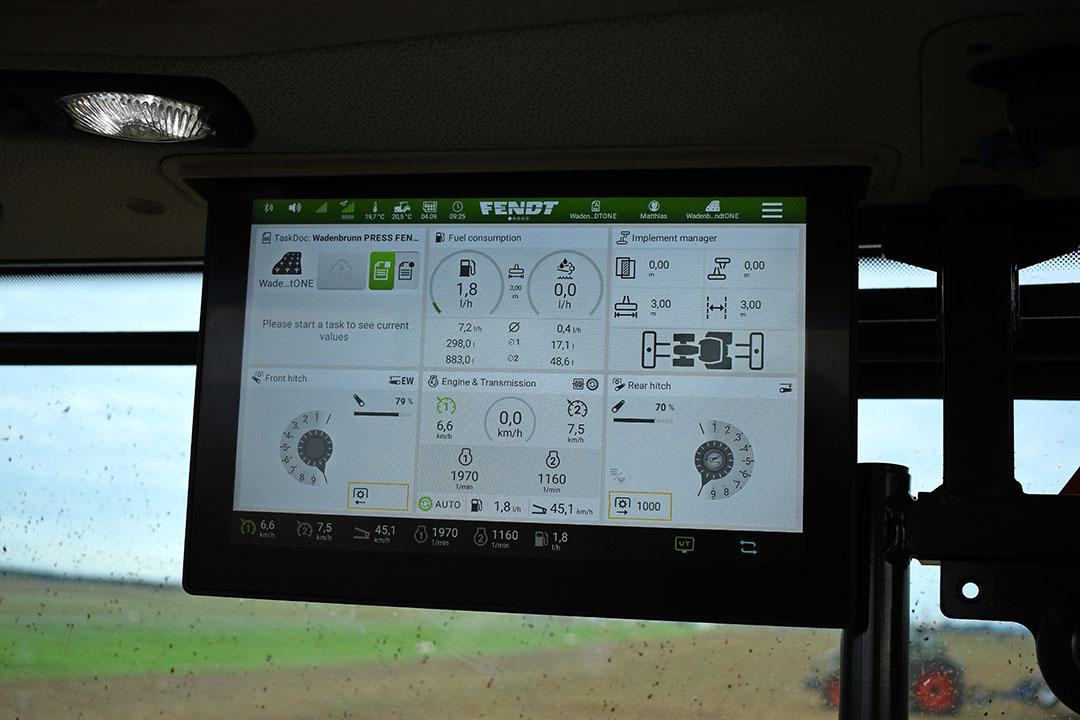 Een derde 12 inch terminal is optioneel. Indien het scherm het zicht belemmert, kun je het scherm voor de helft omhoogduwen. De onderste drie vakken blijven functioneel.