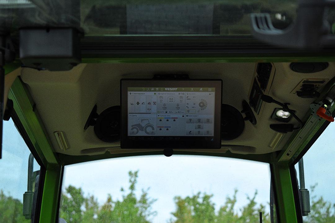 Optioneel bij de Fendt 200 VFP Vario: een 12 inch touchscreen terminal in het dak. Deze kan kantelen zodat-ie altijd goed leesbaar is.