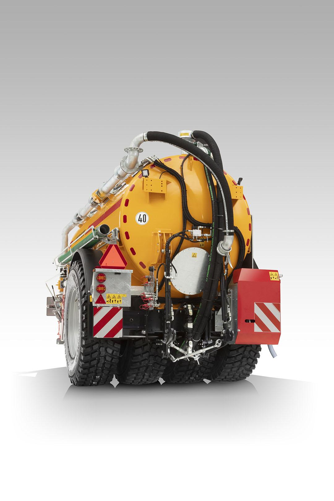 De mesttank staat op vier 620/80 R42-banden, en deze banden zijn gemonteerd aan een onafhankelijke, hydraulische pendelconstructie.