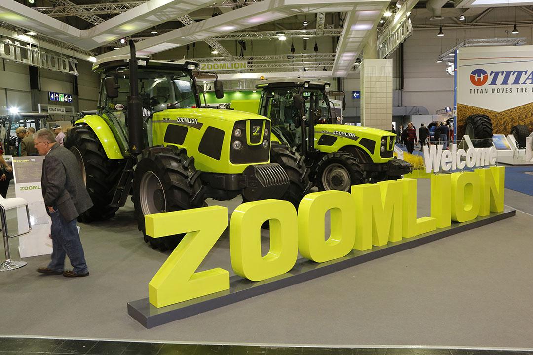 Voor Agritechnica-bezoekers is het merk Zoomlion wellicht een bekende naam. De Chinese fabrikant presenteert er namelijk vaak ook gele trekkers.