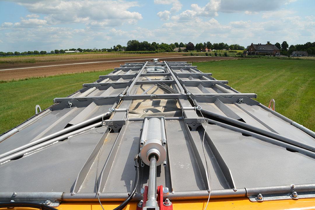 Optie is een smalle tankopbouw. De capaciteit in het vaste deel is 25 kuub, maar de bovenkant kan openklappen en dan is de flexibele 'mestzak' nog te vullen met 7 kuub extra.