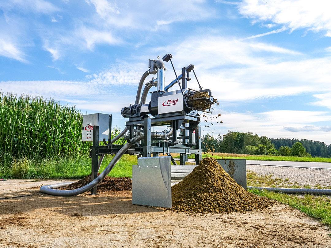 Het gaat om een relatief eenvoudige mestscheider waarbij pomp, elektromotor, mestseparator en schakelkast op één stationair frame is gebouwd.
