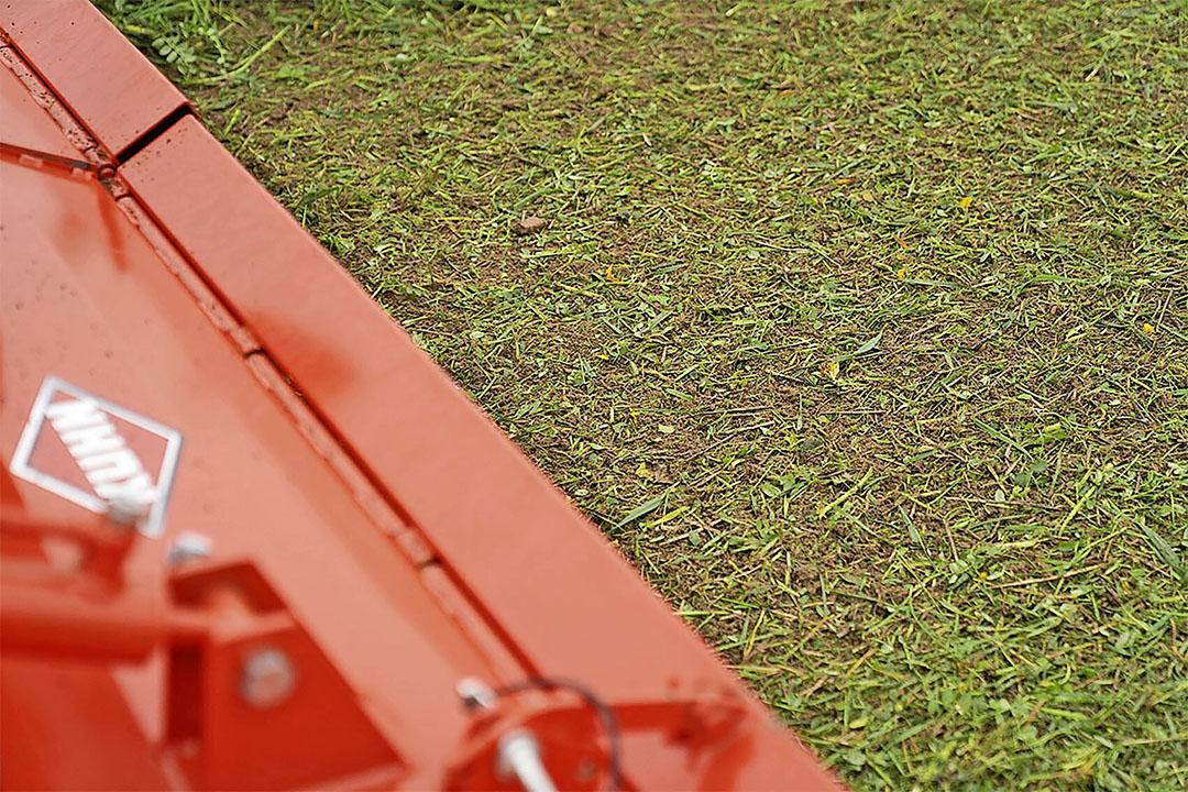 Deze frees mengt verse gewasresten in de grond op een diepte van 3 tot 6 centimeter.