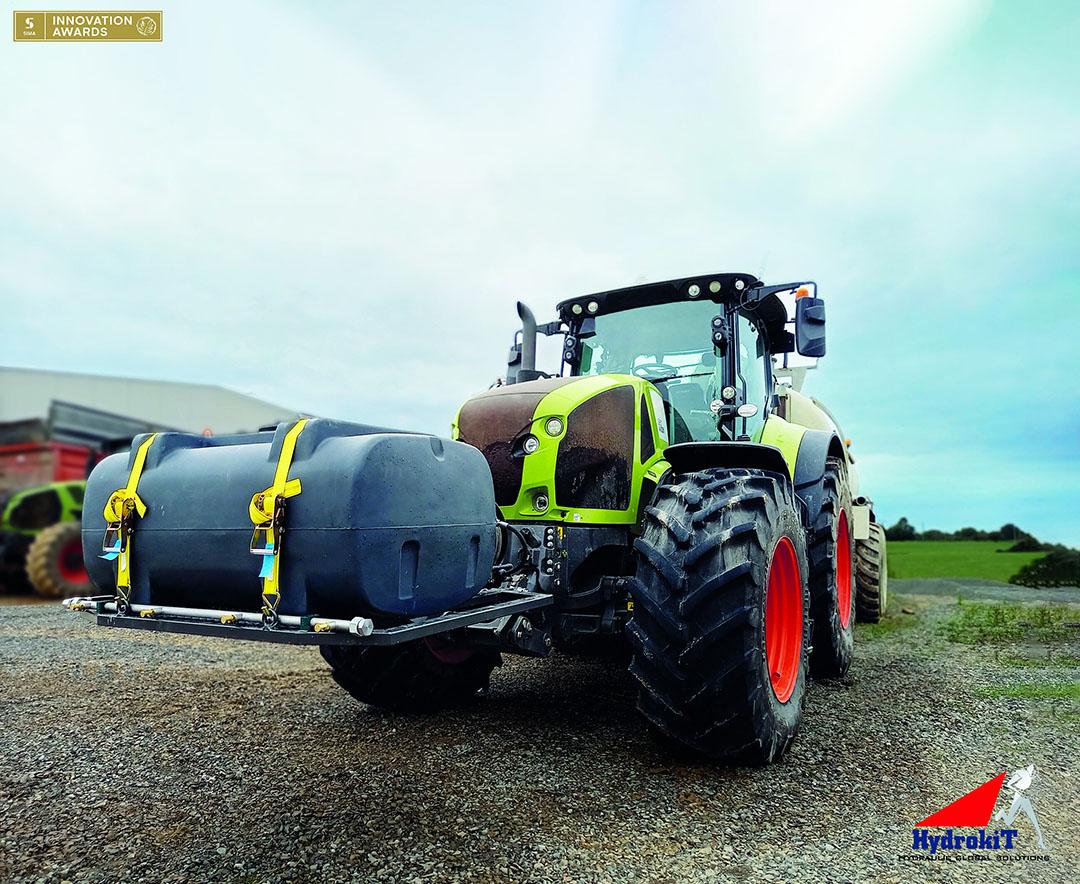 De watertank van ruim 600 liter hangt in de fronthef, en de waterpomp (50 l/min) wordt hydraulisch aangedreven.