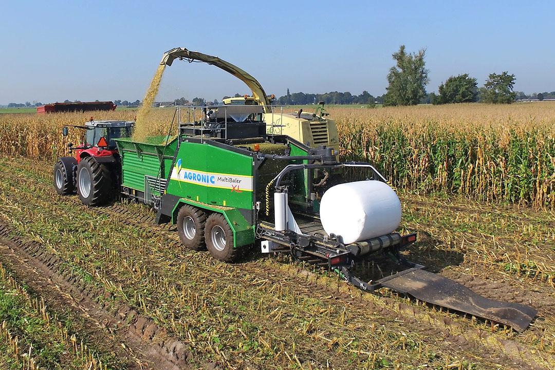 Een van de opties is om rijdend naast een hakselaar mais (of gras) in de bunker te laten blazen en de balen in het veld te laten rollen.