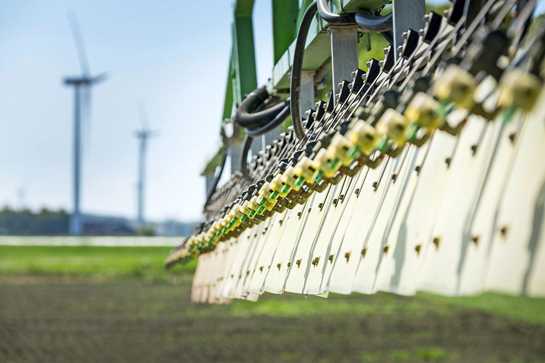 Het Wingssprayer-systeem maakt gebruik van rijwind om druppeltjes het gewas in te leiden. Vanaf 2021 is het systeem 0,5 kg per meter lichter, en zo'n 3 cm minder hoog. Foto: René den Engelsman