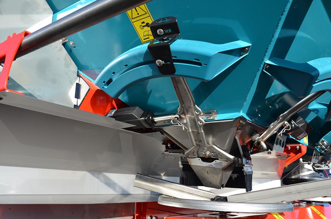 Elektrische cilinders regelen het valpunt wáár de kunstmestkorrels op de strooischijf valt. Bij een hogere rijsnelheid valt de korrel meer in het midden van de strooischijf, waardoor de schoepen meer energie meegeven aan de korrel.
