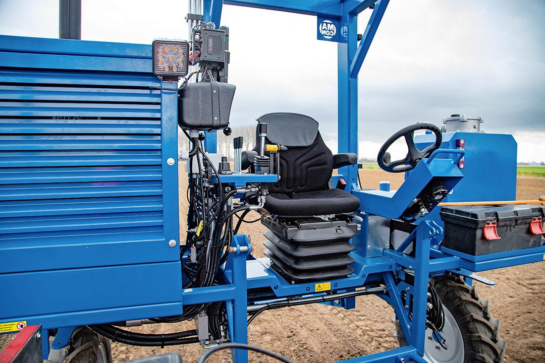 De bestuurder zit naast de motor. Vanaf de luchtgeveerde stoel kun je met een rijhendel de hydrostatische aandrijving bedienen. Naast handmatig sturen, kan dit model ook op gps werken.