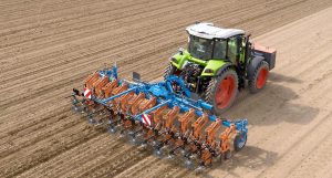 De schoffel is geschikt voor plantrijen op 45, 50 en 75 cm en de machine is maximaal 6,75 meter breed.