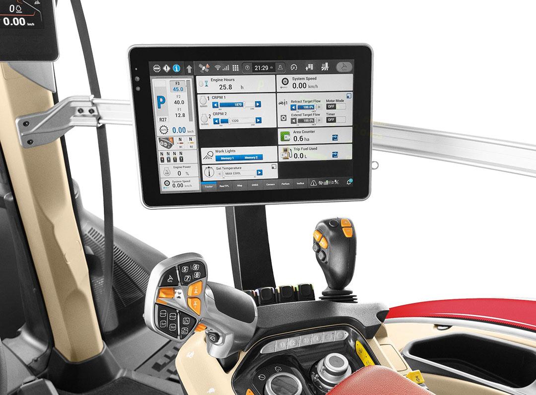 In de cabine vinden we de vernieuwde Multicontroller-armleuning die eerder ook in de Magnum is gepresenteerd. Op de armleuning staat een 12 inch AFS Pro 1200 touchscreen-scherm.