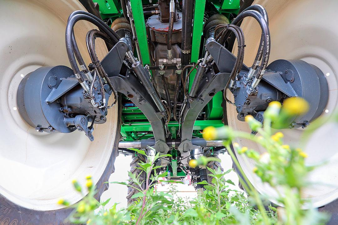 De Abetrac is gebaseerd op het pendelende onderstel van een gebruikte Agrifac-zelfrijdende spuit. Het bijzondere hieraan is enerzijds z'n spoorbreedteverstelling (2,25 tot 1,50 meter) en anderzijds de bodemvrijheid (1,05 meter). Daarmee kan de multifunctionele werktuigdrager op de meeste percelen en gewassen terecht.