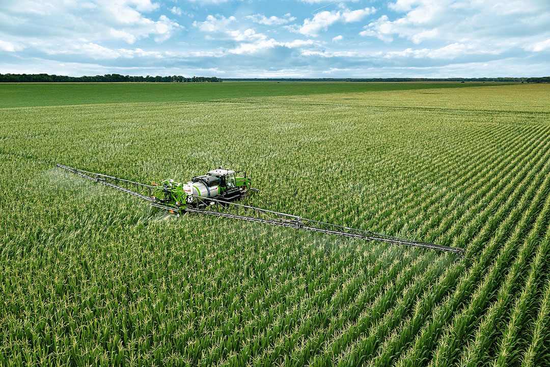 Er is een zogeheten 'high-clearance'-uitvoering waarbij de machine hydraulisch de bodemvrijheid vergroot tot 1,93 meter om in een laat groeistadium over de gewassen te rijden.