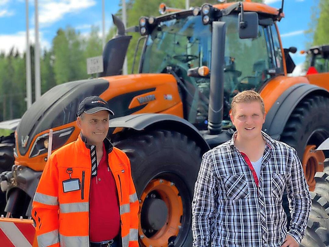 Piet Leenders (l) en Twan van Haperen maakten een roadtrip van dik 6.000 kilometer om drie nieuwe Valtra T174's op te halen.