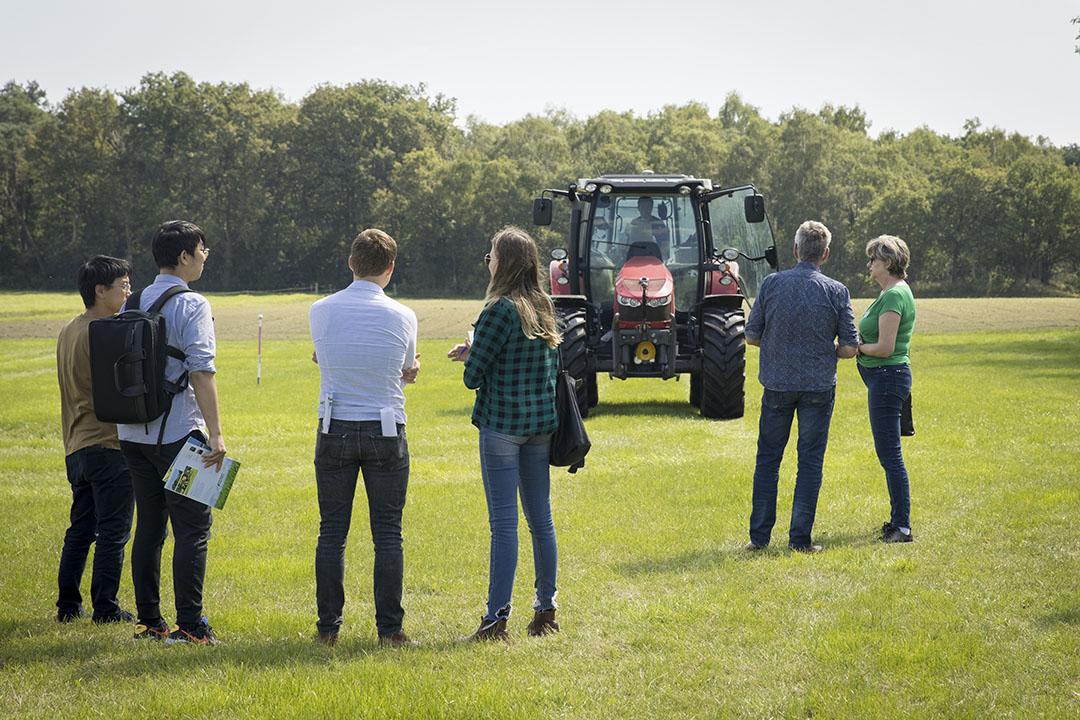De demo-trekker van de Innovatie Cooperatie toont de nauwkeurigheid van de zelfbouw RTK-geps-stuurautomaat tijdens de NPPL open dat op proefboerderij De Marke.