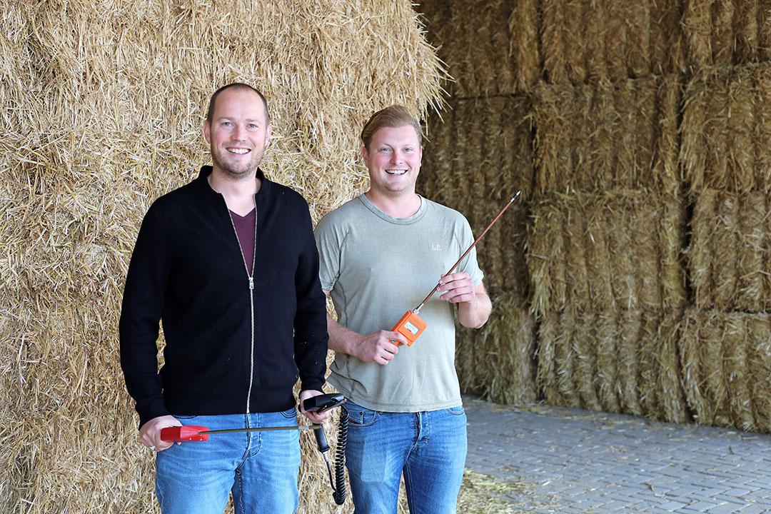De test is uitgevoerd bij Loonbedrijf Jansen in Tiendeveen. Links Mark Meijer met de meters van Wile en de Farmex, rechts Laurens Jansen met de Delmhorst.